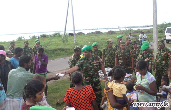 Jaffna Troops Help Flood Victims