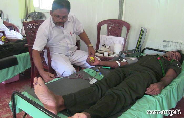 Mullaittivu Troops Donate Blood on Account of Vesak