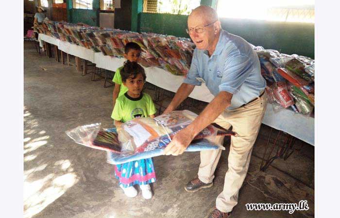 இராணுவ பங்களிப்புடன் மட்டக்களப்பு மற்றும் அம்பாறை  மாவட்டங்களில் சிறுவர்களுக்கு பரிசு பொதிகள் வழங்கும் நிகழ்வு