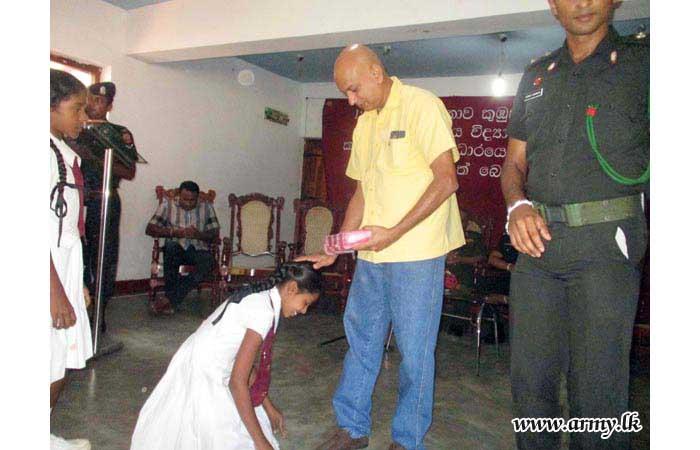 வெல்லவாய மற்றும் சியம்பலான்டுவ மாணவர்களுக்கு பாடசாலை உபகரணங்கள் நன்கொடை
