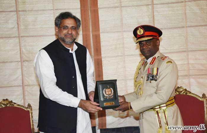 Commander in Historic Gesture Has Audience with Pakistan's Premier
