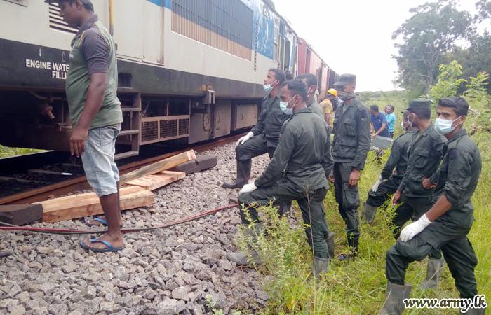 16 SLSR Troops in 561 Brigade Assist Restore Train Movement in North Alankulam
