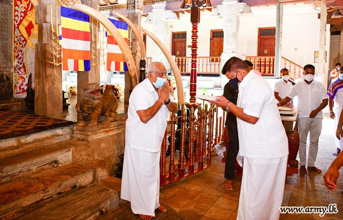 Army Chief Makes Offerings to Sri Dalada Maligawa on Account of New Year