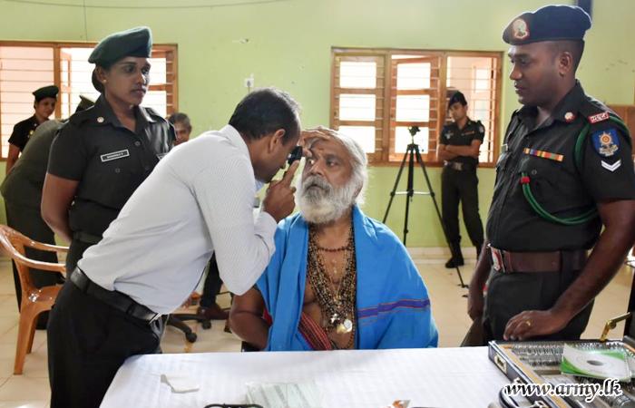 59 Div Coordinates Free Distribution of Spectacles to Mullaittivu Civilians