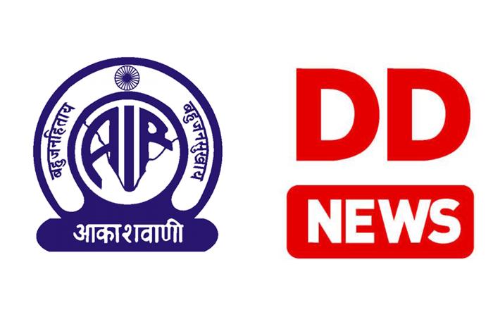 ඔල් ඉන්දියා ගුවන්විදුලි (All India Radio) හා දුරදර්ශන් (Doordharshan) වාර්තාකරුවෙකු කොවිඩ් -19 පැතිරීම වැළැක්වීමේ ජාතික ක්රියාන්විත මධ්යස්ථානයේ ප්රධානී සමගින් පිලිසදරක යෙදෙයි.