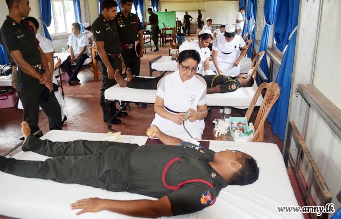 Troops at Maduruoya ATS Give Blood to Polonnaruwa Patients