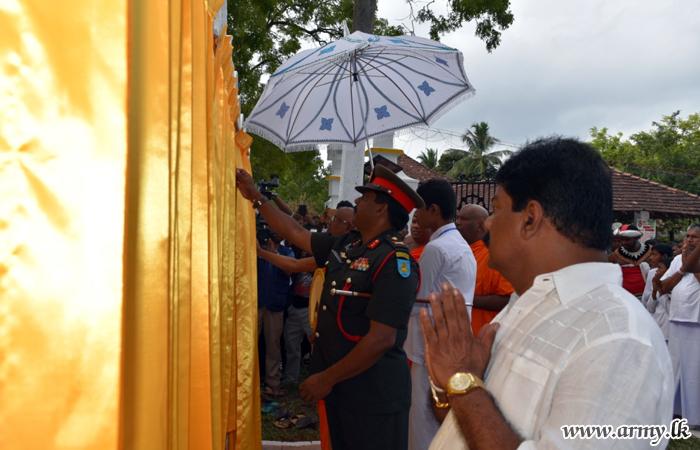 24 Division Helps Construction of 'Bodhi Prakaraya' at Mahawapiya Temple in Ampara