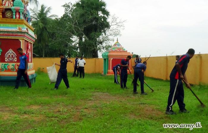 19 Sri Lanka Light Infantry Troops Assist Clean Wellankulam Pullayar Kovil