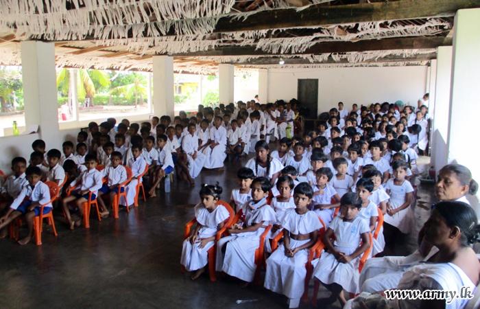 தொனிகல  'தஹம் பாசல்' மாணவர்களுக்கு நன்கொடைகள்