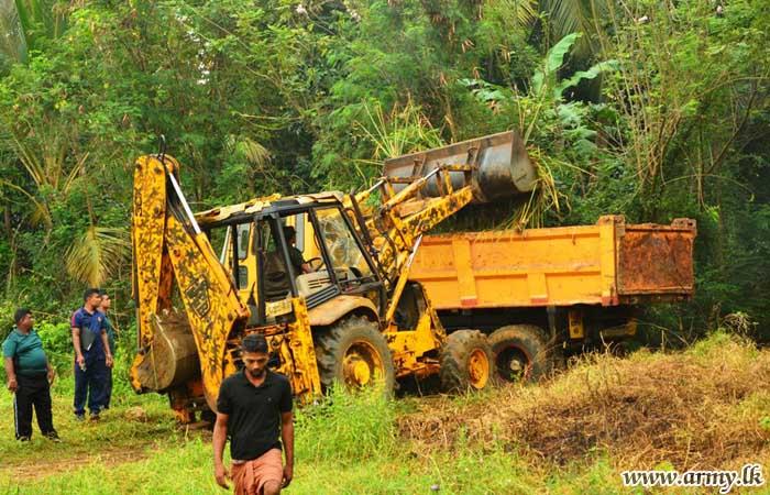 Troops Give Lead to Hingurakgoda 'Chandana Pokuna' Tank Clearing & Renovation