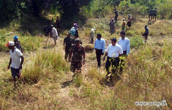 Army Troops & Farmers Joined Together in Kilinochchi Shramadana